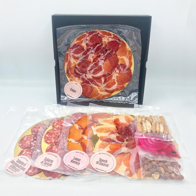 Cadeaubox met diverse fijne vleeswaren zoals Speck di Sauris, Coppa, Truffelsalami en diverse garnituren